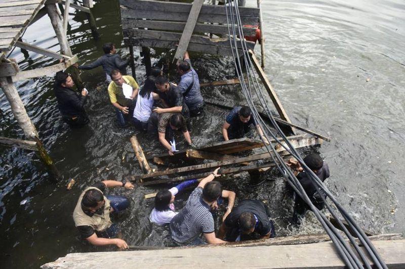 菲律賓眾議員及地方官員視察難民家園重建工程,不料行經的木橋坍塌,一干人等應聲墜海。(圖取自貝尼特斯臉書www.facebook.com)