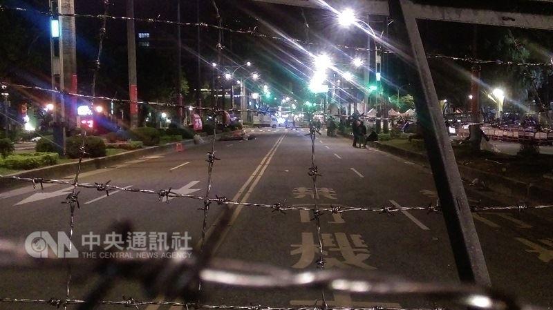 反軍人年金改革團體八百壯士25日衝撞立法院後,從25日晚間到26日清晨時段一片寧靜,與25日白天的激烈衝撞天差地別。 中央社記者韋樞攝107年4月26日