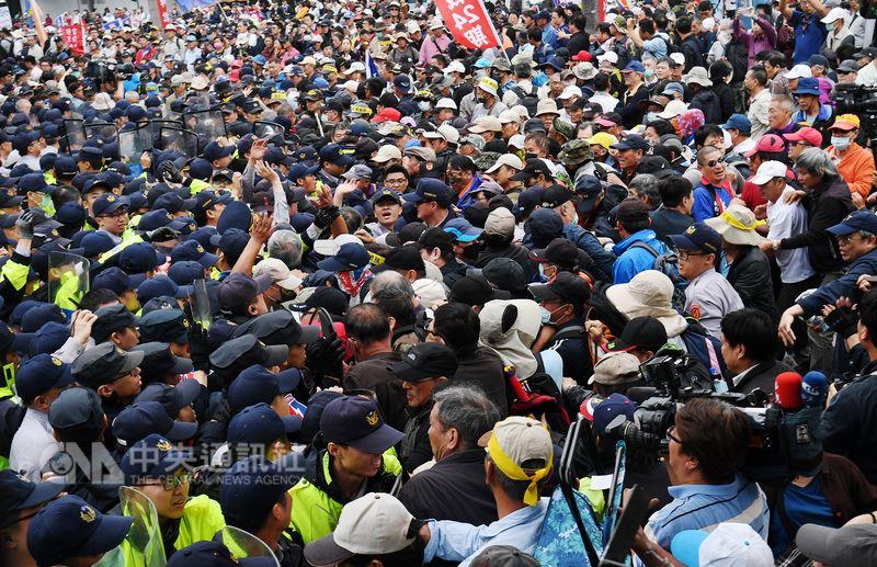 反軍人年改團體八百壯士25日下午在立法院外抗議並發動攻勢,和警方人員爆發數波肢體衝突與推擠。中央社記者施宗暉攝 107年4月25日