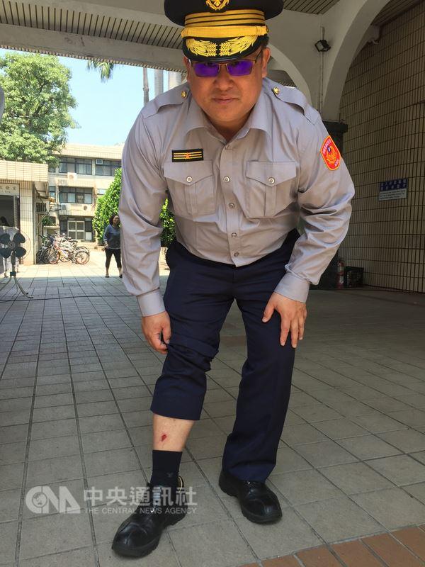 反軍人年金改革團體25日在立法院和警方爆發衝突,當時在場值勤的大安警分局長周煥興(圖)26日受訪時說,自己被抗議民眾踹,右腿受傷。中央社記者劉建邦攝  107年4月26日