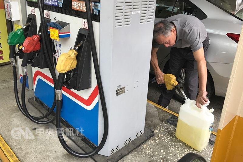 國際油價上漲,根據中油浮動油價機制預估,30日凌晨零時起,國內各式汽柴油每公升零售價將各調漲新台幣0.4元。(中央社檔案照片)