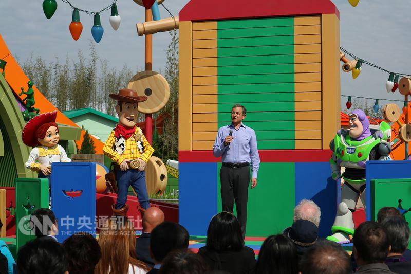 開業近2年的上海迪士尼樂園以「玩具總動員」為主題開闢新園區,動畫中的主角胡迪、翠絲、巴斯光年與華特迪士尼公司董事長兼首席執行長艾格(Bob Iger)一起出席26日的「玩具總動員」園區開幕式。中央社記者陳家倫上海攝 107年4月26日