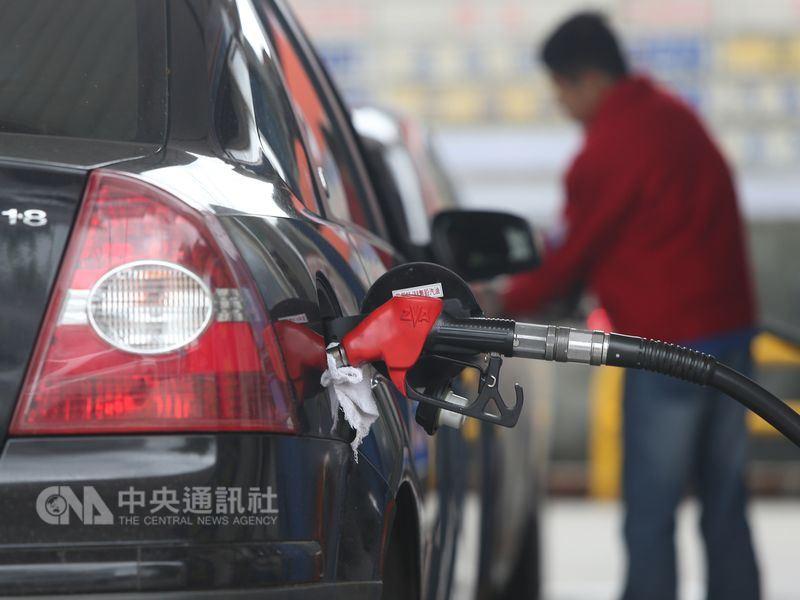 根據中油浮動油價機制預估,30日凌晨零時起,國內各式汽油每公升零售價將調漲新台幣0.4元,柴油調漲0.5元。(中央社檔案照片)