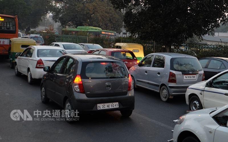 一份最新調查報告顯示,印度新德里、孟買、班加羅爾和加爾各答4個主要城市尖峰時段交通堵塞,每年造成新台幣近6534億元經濟損失。(中央社檔案照片)