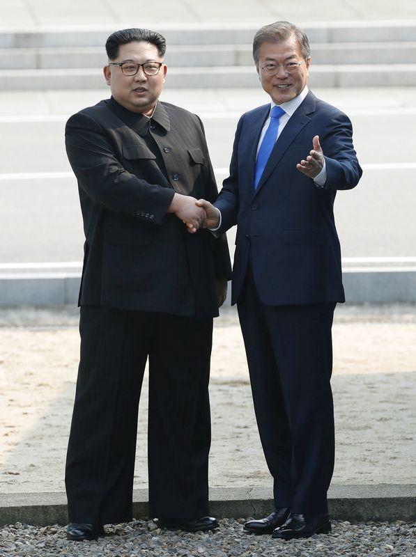 眾所矚目的兩韓峰會27日登場,南韓總統文在寅(右)與北韓領導人金正恩(左)在板門店停戰村握手。(共同社提供)