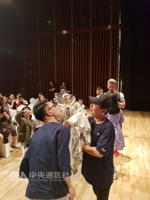 霹靂布袋戲29日在烏鎮舉辦3場戲偶與粉絲的見面會,見面會採取群募的方式,到達門檻即成團,最高出價者花了人民幣2.6萬元(新台幣12.3萬元)獲得與戲偶單獨相處的機會。圖為戲偶與影迷互動,用嘴巴傳遞橡皮筋。(霹靂布袋戲提供)中央社記者陳家倫上海傳真 107年4月29日
