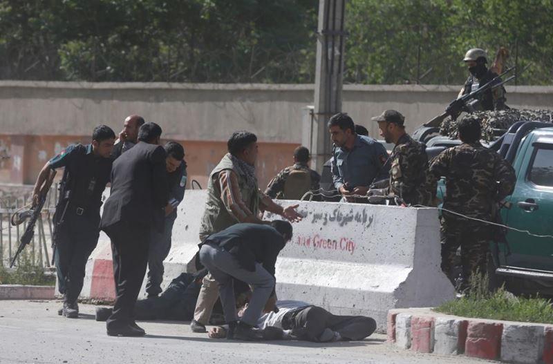 阿富汗首都喀布爾發生連環自殺引爆事件,造成10記者喪生。圖為警察協助遭炸彈攻擊的阿富汗記者。(路透社提供)