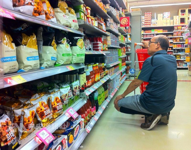 食藥署7日實施食品廣告新制,若食品廣告涉及廣告不實、宣稱醫療效果甚至損害身體健康、致死,將祭出重罰。圖為民眾選購食品。(中央社檔案照片)