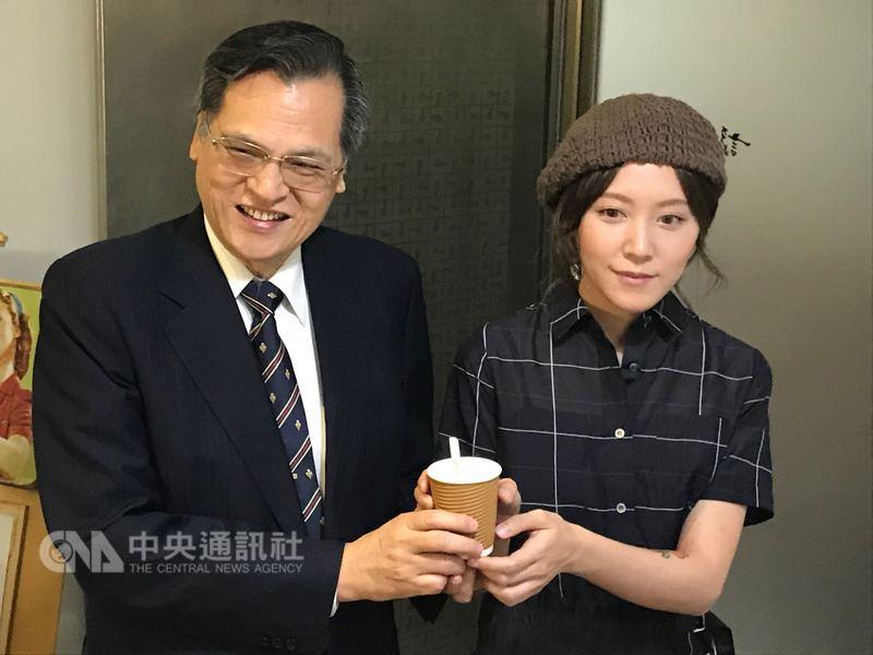 陸委會最新台港交流影片主角蔣雅文(右)來台創業10年。她表示在台灣可以更加暢所欲言、自由自在做自己。創業雖然辛苦,但可以選擇生活的方式,很幸福。中央社記者繆宗翰攝 107年5月9日