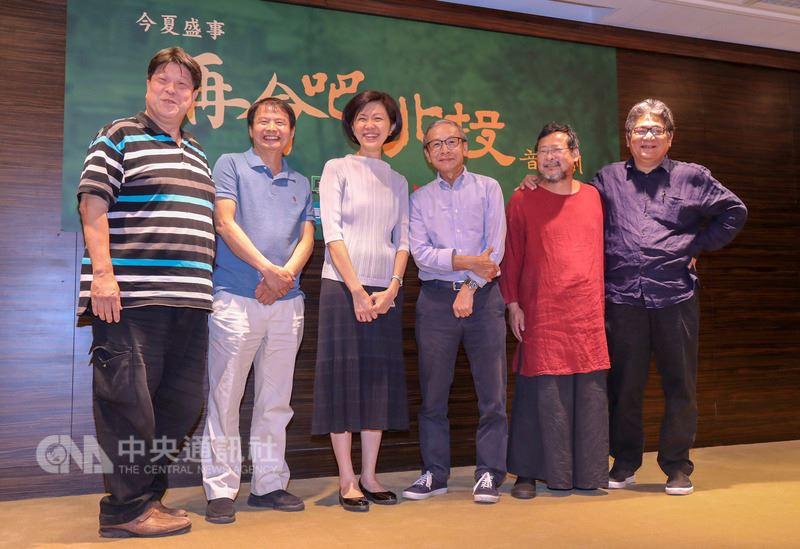 綠光劇團與國家兩廳院9日在台北國家戲劇院舉辦「再會吧北投」音樂劇記者會,製作人李永豐(右)、雷輝(左2)、音樂總監陳明章(右2)、編導吳念真(右3)、國家兩廳院藝術總監劉怡汝(左3)、團長羅北安(左)出席宣傳。中央社記者裴禛攝 107年5月9日