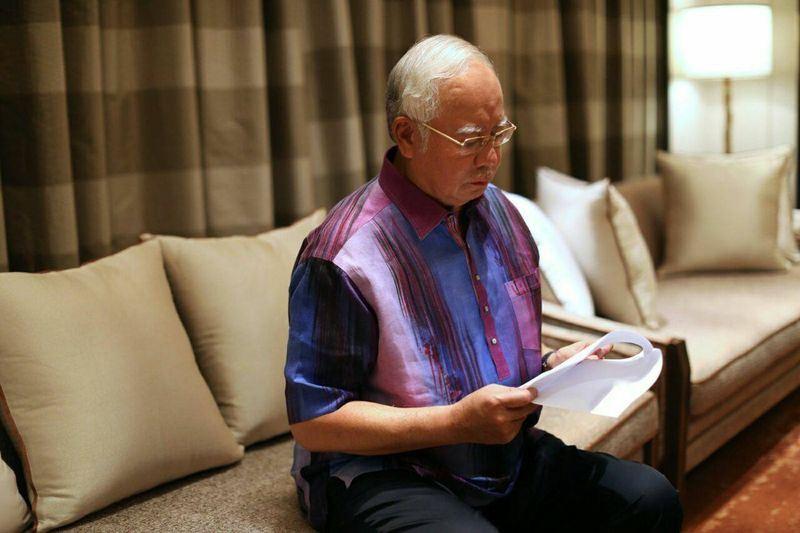 馬來西亞醜聞纏身的前首相納吉(圖)爆冷敗選,外界謠傳他和妻子羅斯瑪將逃往印尼,大馬移民當局表示已經限制兩人出境。(圖取自納吉臉書facebook.com/najibrazak)