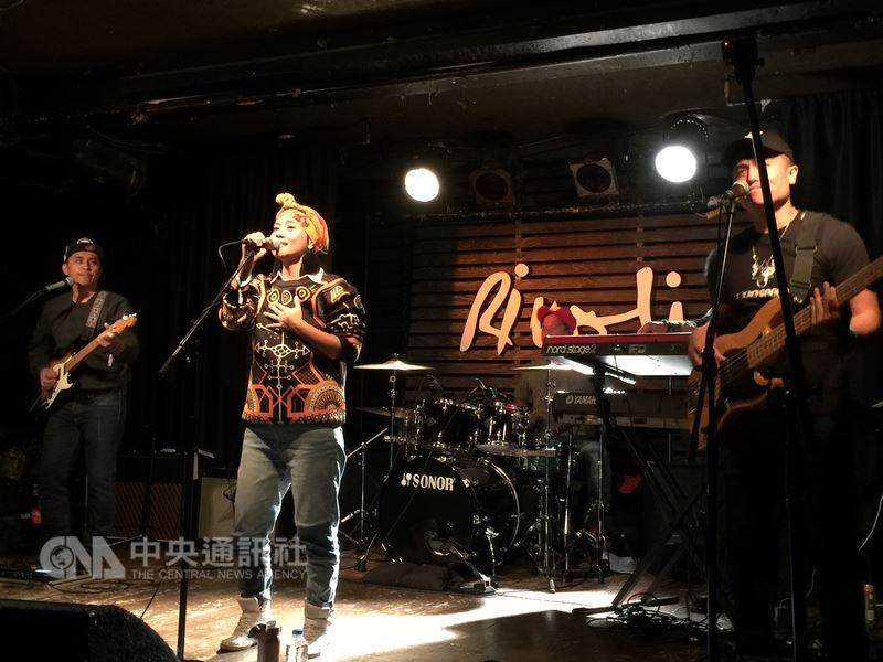 排灣族原住民歌手阿爆參加加拿大CMW音樂節「台灣之夜」演出,在節目開場吟唱原住民古調。中央社記者胡玉立多倫多攝  107年5月13日