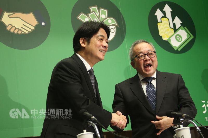 行政院長賴清德(左)14日在行政院召開「我國薪資現況、低薪研究及其對策記者會」,會後與行政院副院長施俊吉(右)握手致意。中央社記者吳家昇攝 107年5月14日