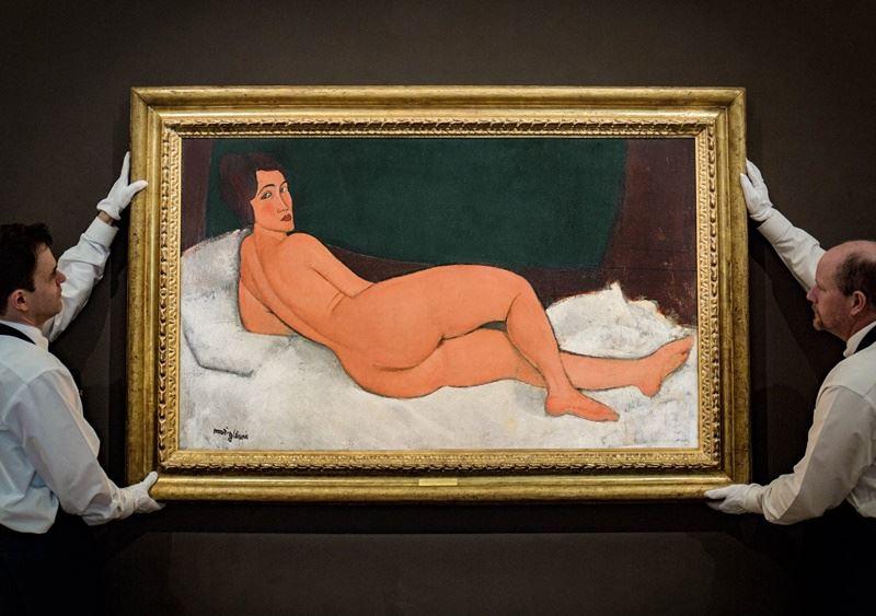 義大利畫家莫迪里亞尼最大幅的裸女畫作,14日在紐約以1億5720萬美元天價落槌。(圖取自蘇富比臉書www.facebook.com)