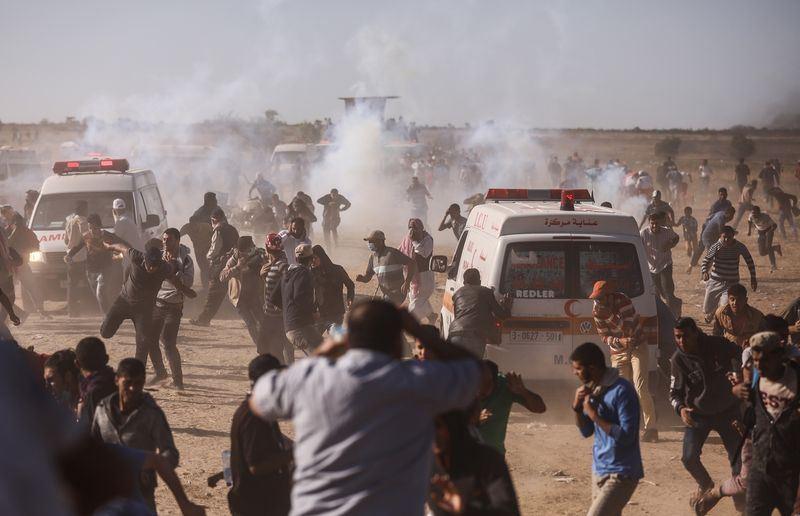 以色列軍方14日在加薩邊界鎮壓巴勒斯坦抗議民眾,爆發血腥衝突,造成至少58人喪生,2700多人受傷。(安納杜魯新聞社提供)