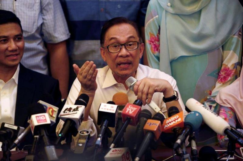 公正黨實權領袖安華(中)16日獲全面特赦重獲自由。安華表示,大馬進入全新的「黃金時代」。(路透社提供)