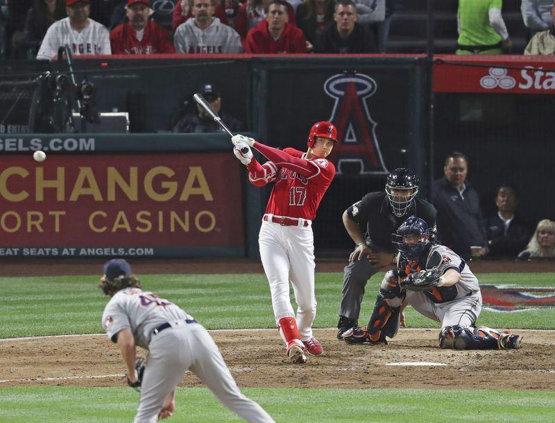 美國職棒大聯盟MLB洛杉磯天使隊與休士頓太空人隊3連戰第2場,天使二刀流球星大谷翔平5局下上場打擊,敲出右外野方向平飛安打。(共同社提供)