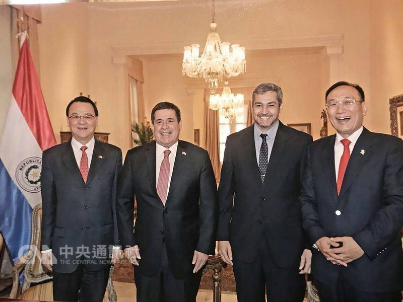外交部常務次長劉德立(右1)5月初訪問巴拉圭,巴國總統卡提斯(左2)以午宴接待,巴國總統當選人阿布鐸(右2)、中華民國駐巴拉圭大使周麟也一同在場。(外交部提供)中央社記者侯姿瑩傳真 107年5月16日