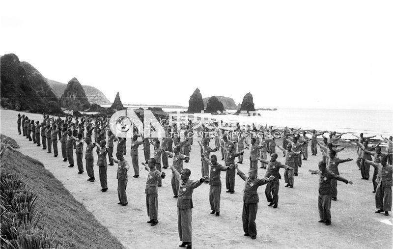 民國40年至54年間,政治犯都送到綠島「新生訓導處」接受思想改造,採軍事化管理。圖為新生營管訓處新生午後跳健身操。(中央社檔案照片)