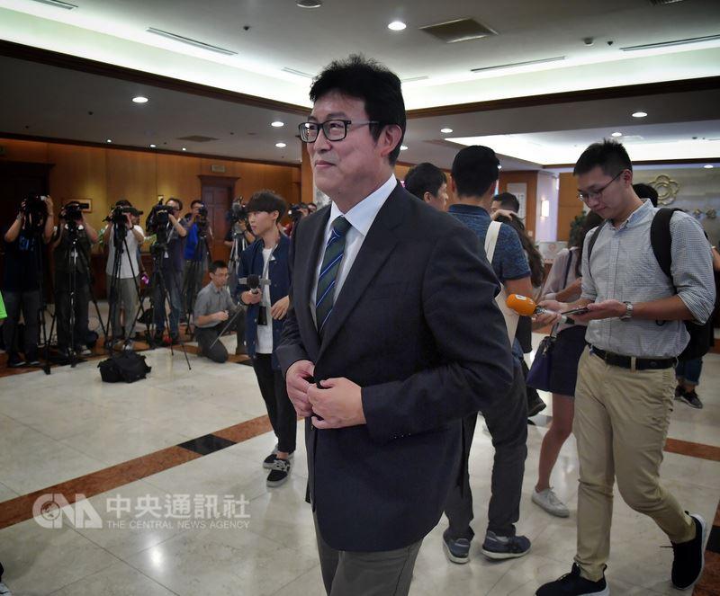 民主進步黨選舉對策委員會16日決定,台北市長選舉將啟動徵召程序、提出人選,決定一出,表態角逐提名的民進黨立委姚文智(前)在立法院舉行記者會,表示自己就像是從牛棚走出來,走向投手丘,並爭取「3號先發的投手位置」,他認為選對會決定後不會有變數,也有信心在三足鼎立下取勝。中央社記者王飛華攝  107年5月16日