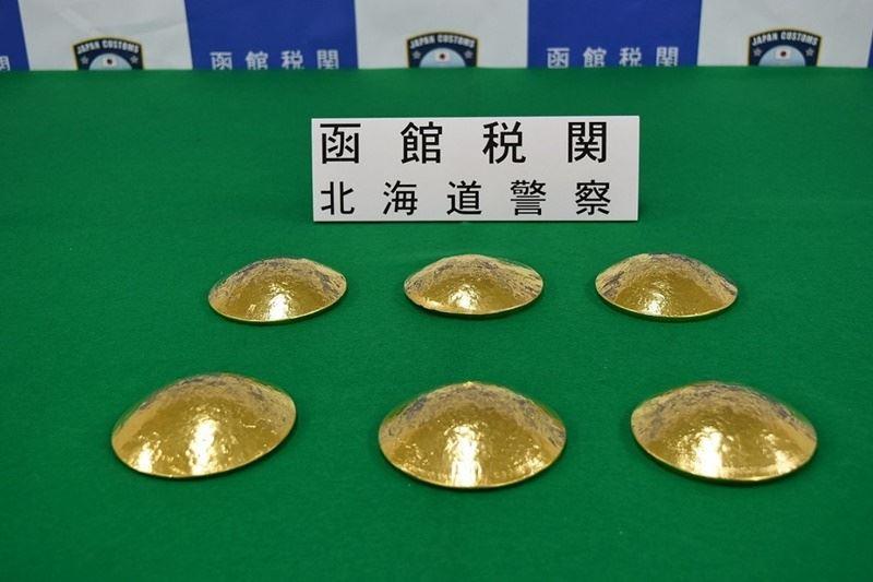 3名台灣籍女性2017年11月從台灣搭機抵日本北海道函館機場時,被查獲將金塊藏在胸罩內企圖走私。函館地方法院16日審理此案,3人都被判有罪並沒收金塊。(圖取自日本海關推特twitter.com/Custom_kun)