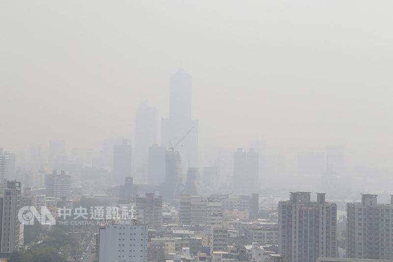 南台灣罹患膀胱癌的盛行率高出全台平均的3倍,有醫師推測,空汙嚴重可能是幫凶。圖為高雄市區霧霾嚴重。(中央社檔案照片)