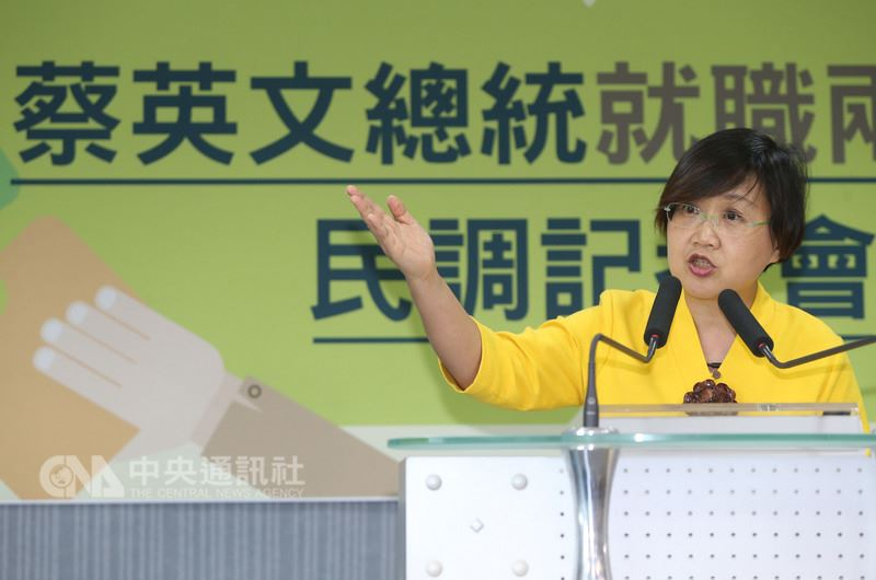 民進黨副秘書長徐佳青(圖)16日在中央黨部公布總統蔡英文就職兩週年民調,54.9%的民眾支持蔡總統,40%民眾不支持;41.7%的民眾滿意蔡總統近來表現,48.4%的民眾不滿意。中央社記者鄭傑文攝 107年5月16日