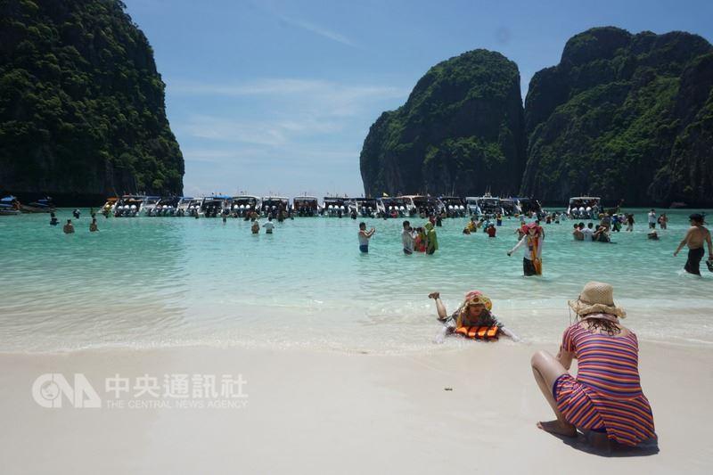 著名的泰國馬雅灣,由於大量遊客湧入,造成環境生態衝擊,泰國政府決定關閉4個月,禁止遊客登島。中央社記者劉得倉甲米省攝  107年5月16日