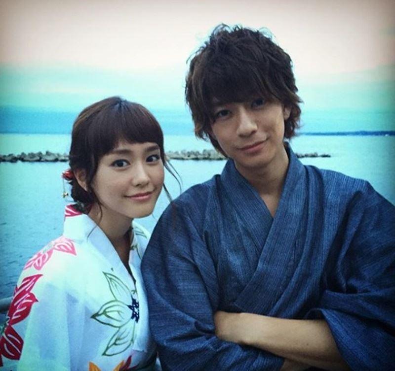 日本媒體16日報導,日本女星桐谷美玲(左)與男星三浦翔平(右)計劃6月結婚,但兩人所屬經紀公司否認此事。(圖取自桐谷美玲IG網頁www.instagram.com/mirei_kiritani_/)