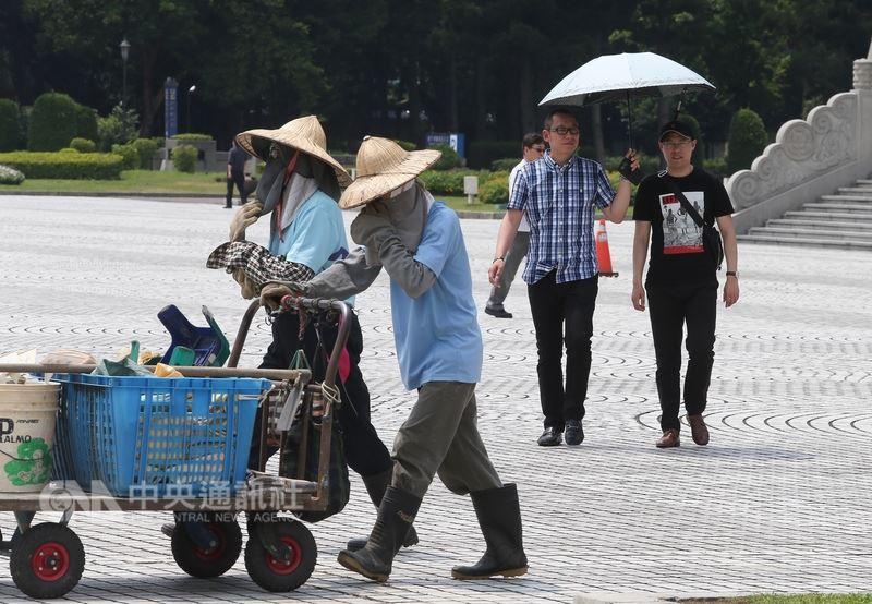 中央氣象局觀測,16日中午12時7分,台北市氣溫飆到攝氏35.6度。中央社記者謝佳璋攝  107年5月16日