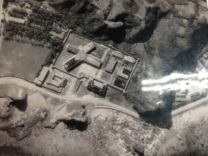 綠洲山莊於民國61年完工,採取圍牆室的牢房,「政治犯」進去後被關在高牆內,直到出獄才能看到外面。圖為綠洲山莊空拍圖。(國家人權博物館提供)