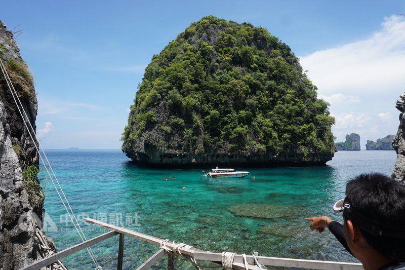 泰國政府為讓著名馬雅灣環境生態休養生息,決定在小披披島的洛沙馬灣興建碼頭,供遊客登島。中央社記者劉得倉甲米省攝  107年5月16日