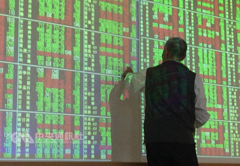 美股反彈上漲,但台股17日早盤震盪翻黑,盤中下跌43.94點,10900點大關得而復失,被動元件族群重挫。(中央社檔案照片)