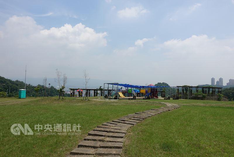 台北市環保局與勝陽能源公司合作,在山水綠生態公園建置太陽光電發電系統,打造為能源之丘2.0,預計年發電量最高為100萬度,約280戶一般家庭用電量。中央社記者梁珮綺攝 107年5月17日