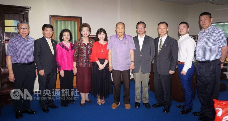 國立中正大學教授鄭津津(左5)率領來自台灣的專家及泰國在地的合作夥伴拜會姐妹校泰國農業大學最高顧問安蓬詩那納隆(Ampol Senanarong, 右5)。中央社記者劉得倉曼谷攝 107年5月17日