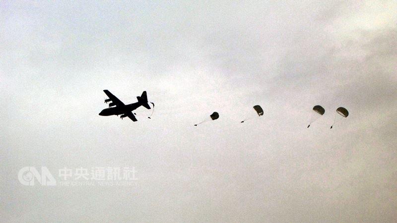 陸軍航特部上兵秦良丰17日在台中清泉崗基地高空跳傘發生意外墜落地面,緊急送醫後生還。陸軍航空特戰指揮部政戰主任少將武立文表示,傘兵在執行基本傘訓時,都會要求訓練「五點著陸」成為反射動作。圖為漢光演習傘兵跳傘,並非此次意外事件圖。(中央社檔案照片)