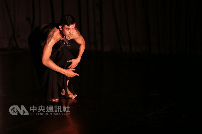 新科國藝獎舞蹈類得主姚淑芬今年邀集日本、韓國、馬來西亞藝術家以「混種亞洲」為題,發展成9支獨舞作品,以「驅動城市III-混亞洲」為名演出。圖為記者會彩排畫面。(世紀當代舞團提供)中央社記者汪宜儒傳真 107年5月17日