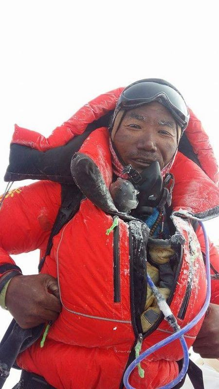 卡米.瑞塔.雪巴16日22度登頂聖母峰,刷新世界紀錄。圖為卡米.瑞塔21度登頂聖母峰的照片。(取自卡米.瑞塔臉書 www.facebook.com)