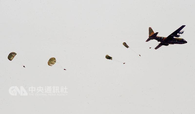 陸軍航特部上兵秦良丰17日參加國軍漢光演習預演,在台中清泉崗基地高空跳傘卻發生意外墜落地面,緊急送醫後生還。此為示意圖,非事件照片。(中央社檔案照片)
