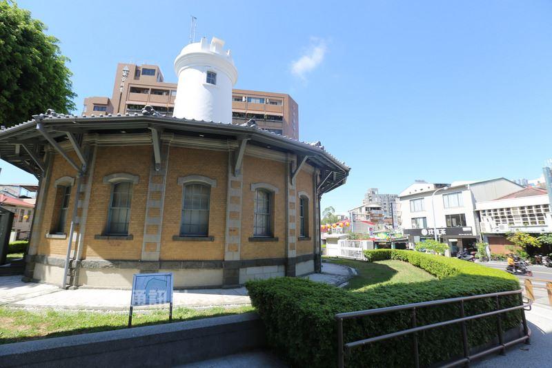 台南市中西區公園路上的日治台南測候所,有著白塔、淺黃色牆面及鐵灰色屋瓦,這座建築已走過2甲子,是台灣僅存的日治十八角樓。中央社記者張榮祥台南攝 107年5月17日
