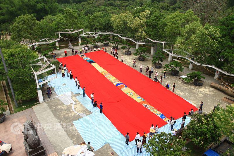 台南市左鎮區台灣噶瑪噶居寺將於19日舉辦曬大佛展佛法會,向印度訂製的大尺寸大佛唐卡在廣場鋪平,相當壯觀。(噶瑪噶居寺提供)中央社記者楊思瑞台南傳真 107年5月17日