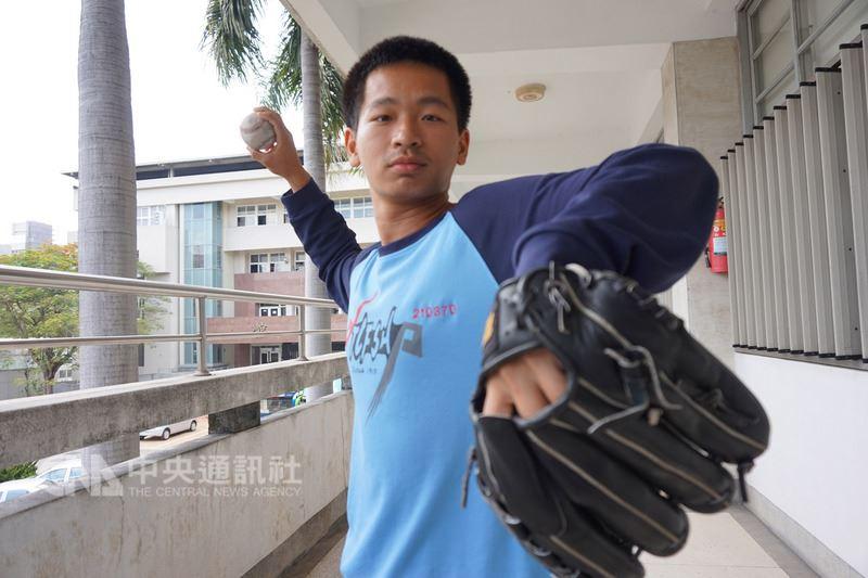 107學年度大學申請入學結果17日公告,從小就愛棒球的台中一中張恒致錄取國防醫學院,曾因練投過度肩膀受傷的他,體會過運動傷害的痛楚,未來希望朝骨科、復健科發展,幫助受傷的運動員堅持夢想。中央社記者趙麗妍攝 107年5月17日