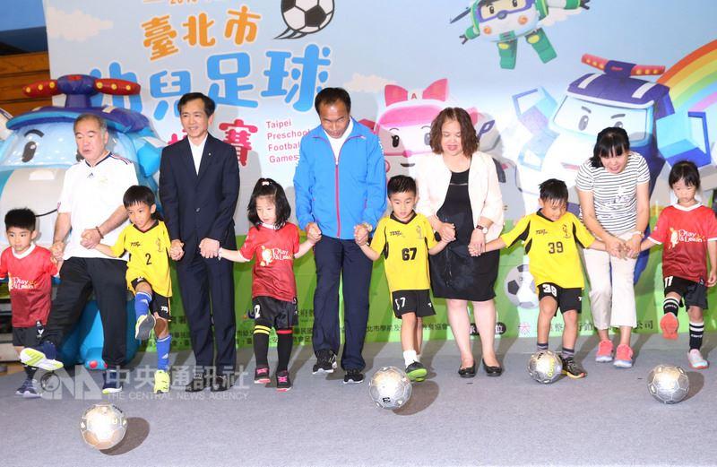 2018台北市幼儿足球锦标赛记者会17日在台北体育馆举行,台北市体育局长李再立(左6)与幼儿足球员一起踢出足球,宣告比赛开始。中央社记者郑杰文摄 107年5月17日