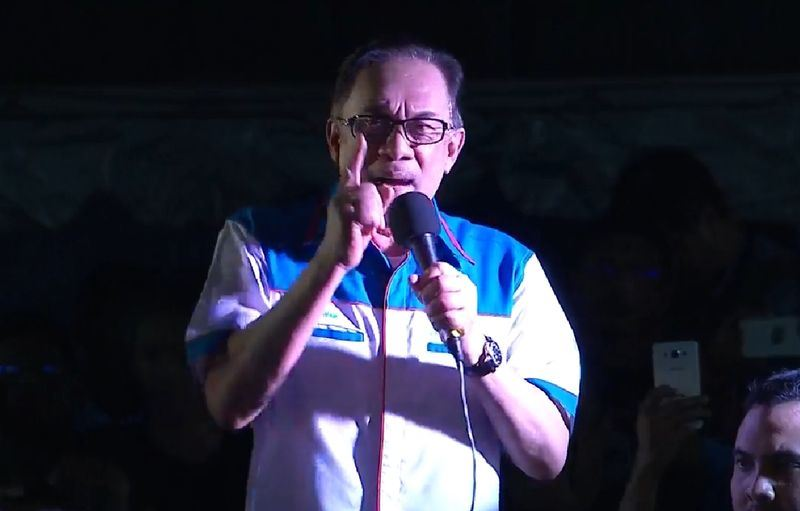 馬來西亞公正黨實權領袖安華獲全面特赦,他16日晚間發表首次公開演說,痛批前首相納吉。(取自安華女兒努魯依莎臉書 www.facebook.com/nurulizzahanwar)