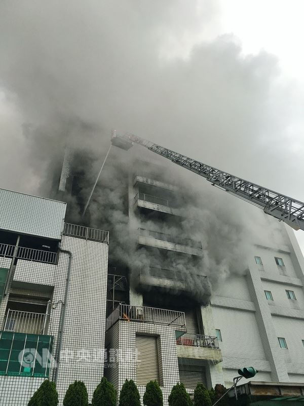 桃園市平鎮區敬鵬工廠4月28日發生大火,造成6名消防員殉職。(中央社檔案照片)