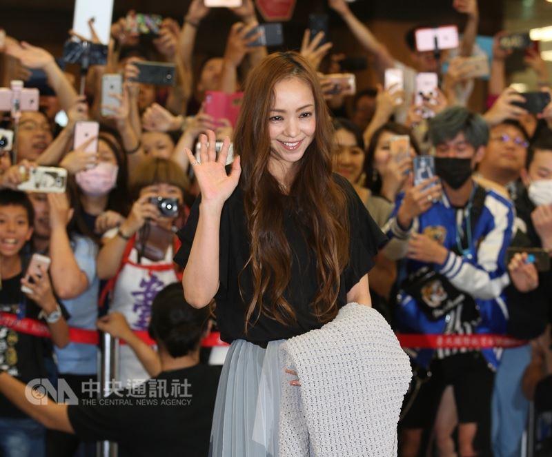日本歌手安室奈美惠(圖)17日晚間搭機來台,開心的向現場歌迷和媒體揮手致意。中央社記者謝佳璋攝 107年5月17日