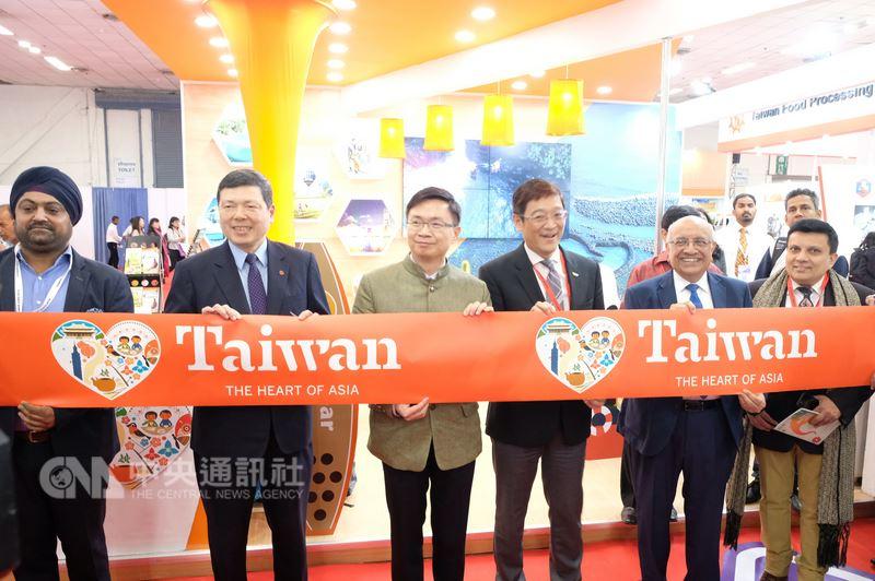 貿協董事長黃志芳(左3)、負責印度業務的觀光局駐新加坡辦事處主任林信任(右3)、貿協執行長葉明水(左2)和印度貴賓為台灣形象展的台灣觀光館揭幕。中央社記者康世人新德里攝  107年5月17日