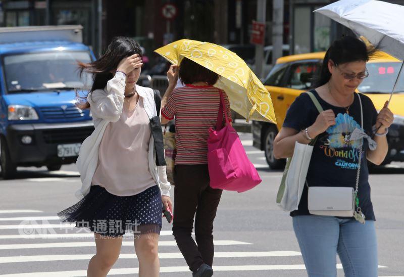 中央氣象局表示,17日持續受到太平洋高壓籠罩影響,全台仍屬高溫炎熱的天氣。(中央社檔案照片)