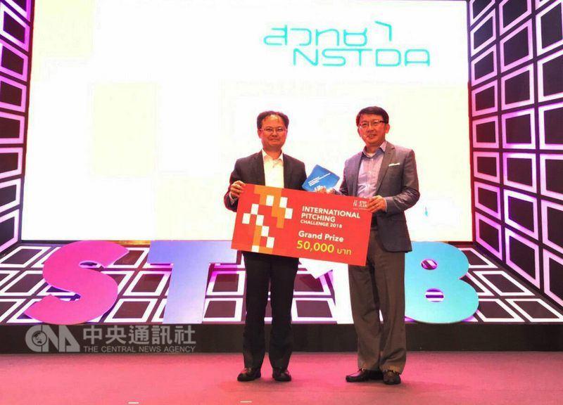泰國科技創新政策辦公室秘書Kitipong Promwong(左)頒獎給畢士大生技總經理鄧玉立(右)。(亞矽中心提供)中央社記者劉得倉傳真 107年5月17日