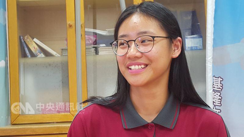 基隆女中林美伶(圖)錄取東華大學法律學士學位學程。她說,年幼曾目睹父親家暴,未來想當檢察官,協助受虐婦女重拾人生。中央社記者王朝鈺攝 107年5月17日